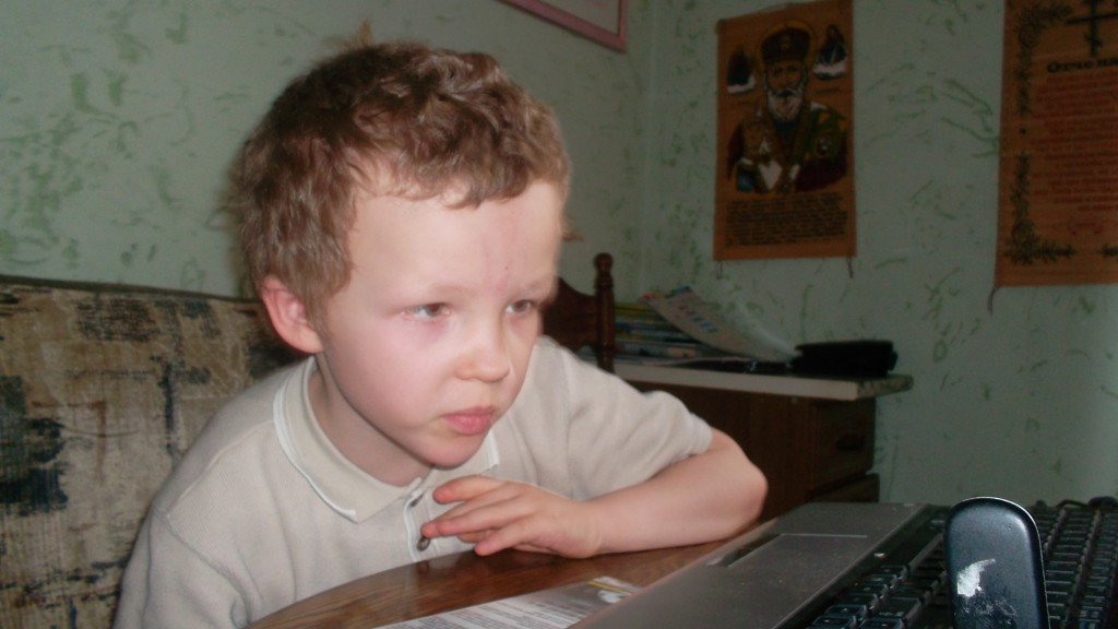 Ребенок у компьютера.