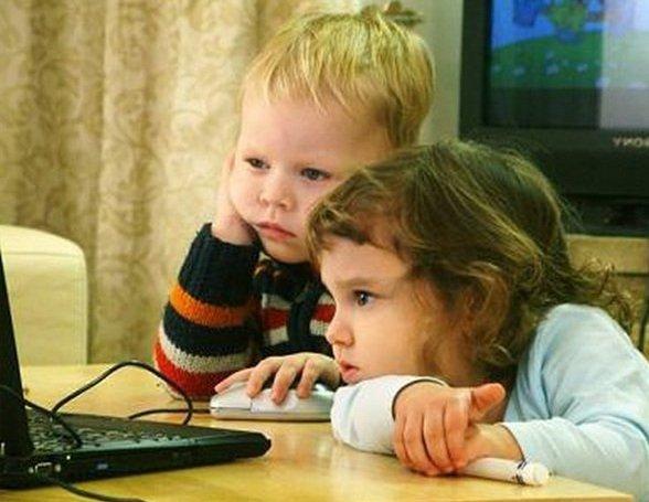 Ребенок у телевизора и компьютера