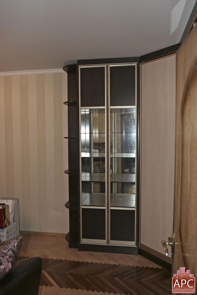 Дизайн комнаты с сервантом.