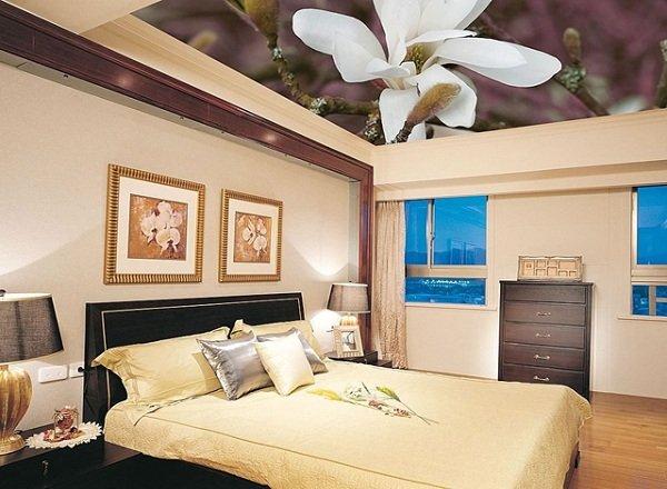 Натяжной потолок в спальне фото 1