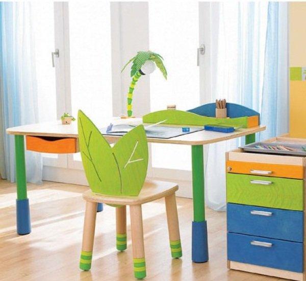 Выбираем стол для детской комнаты
