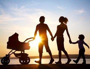 Правильная прогулка молодой семьи