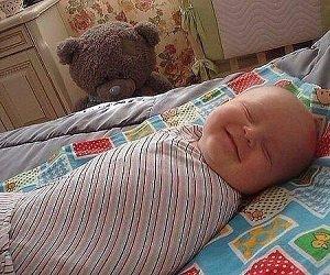 Младенец улыбается во сне