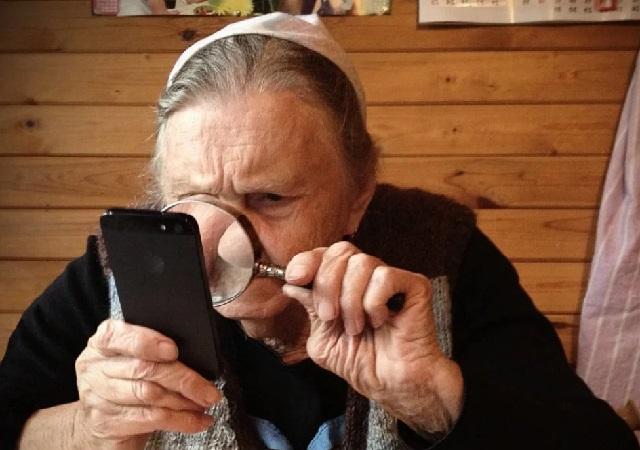 Пожилой человек не следит за собой.