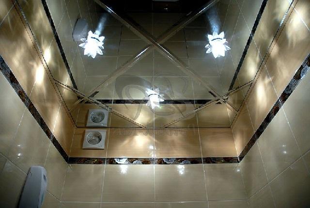 Зеркальный потолок в ванной комнате.