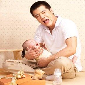 Папа плачет вместе с ребенком