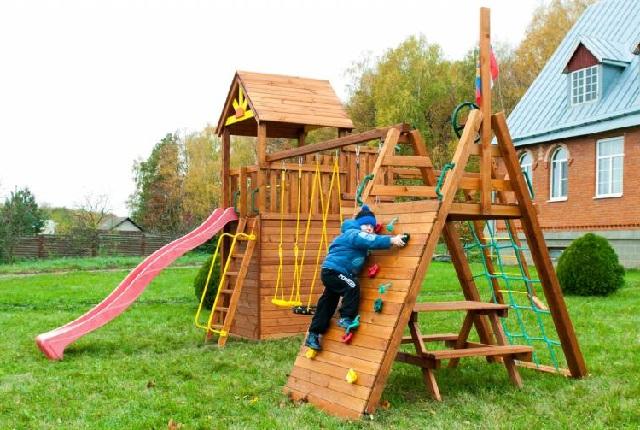 Деревянный игровой комплекс для детей.
