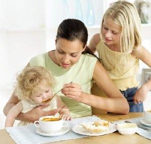 Как приучить малыша кушать правильно