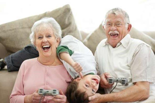 Ребенок и бабушка с дедушкой