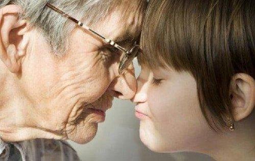 Старая Бабушка вмешивается в воспитание ребенка