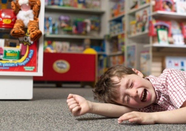 Малыш закатил истерику в магазине.