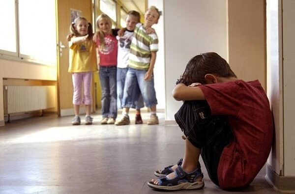 Изгой среди одноклассников – как понять причину?