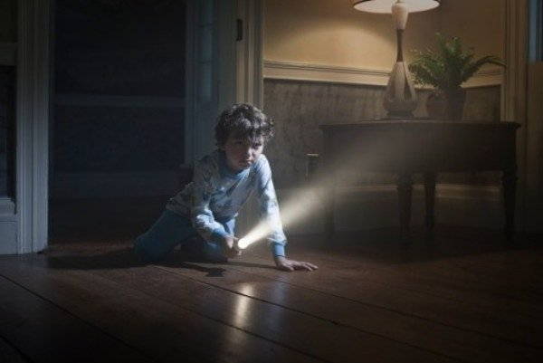 Боязнь темноты у ребенка — как помочь малышу?