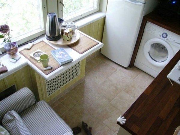 Стол для маленькой кухни по форме и материалу