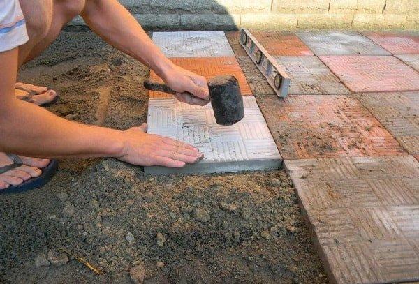 Теперь началась укладка тротуарной плитки своими руками