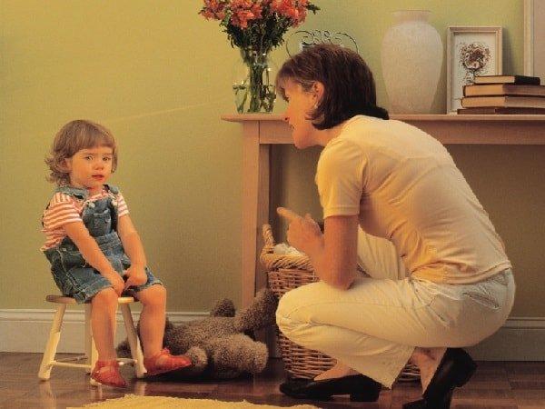 Стоит ли ругать маленького ребенка и как себя вести?