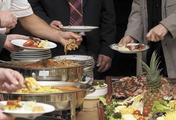 Как исключить переедание за шведским столом