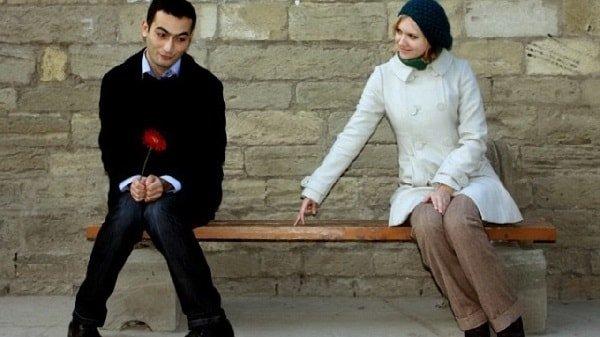 Неуверенная девушка с парнем фото