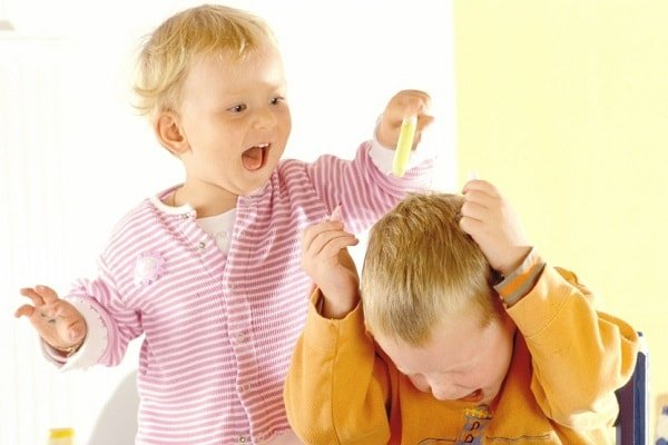 Маленький ребенок дерется и кусается, бьет родителей