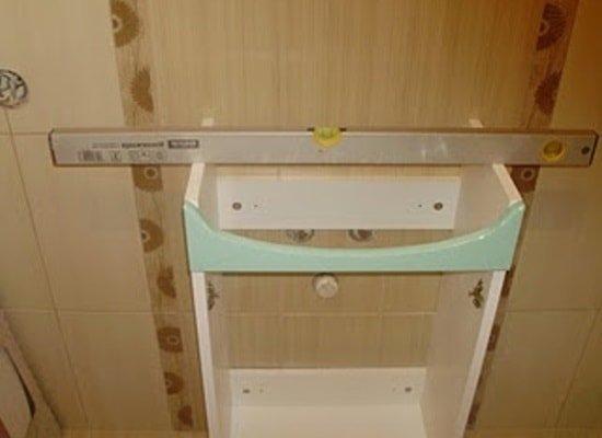 Установка тумбы с мойкой в ванной комнате