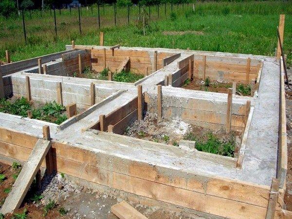 Как строить фундамент и из каких материалов лучше