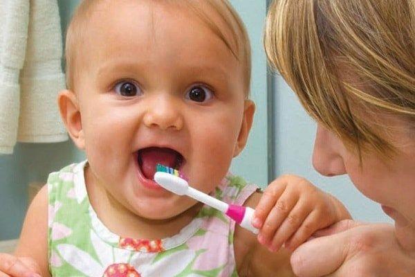 Как ухаживать за зубами маленьких детей
