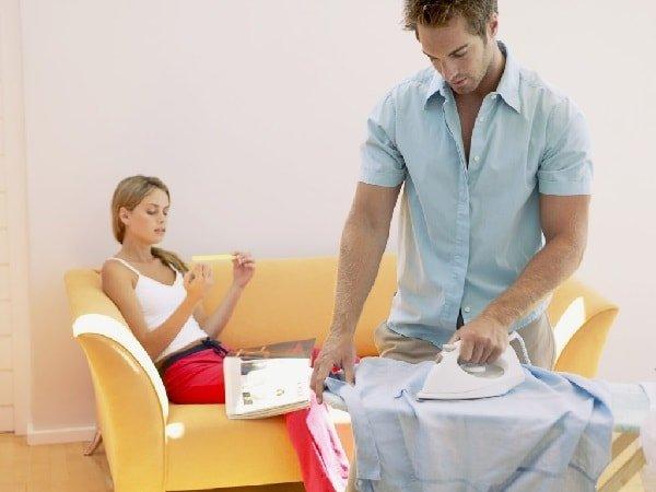 Муж гладит рубашку, а жена отдыхает