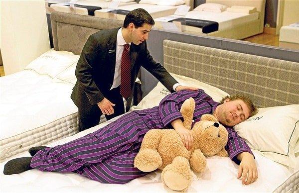 Мужчина тюфяк и любитель поспать в рекламе кроватей