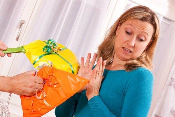 Что нельзя дарить ни в коем случае? Опасные подарки