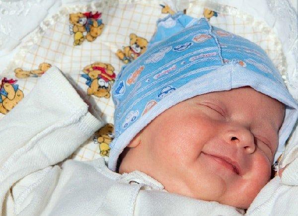 Новорожденный улыбается во сне