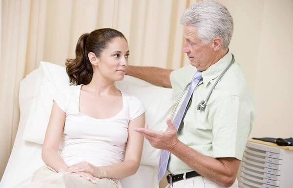 На приеме у гинеколога обсуждают симптомы кольпита