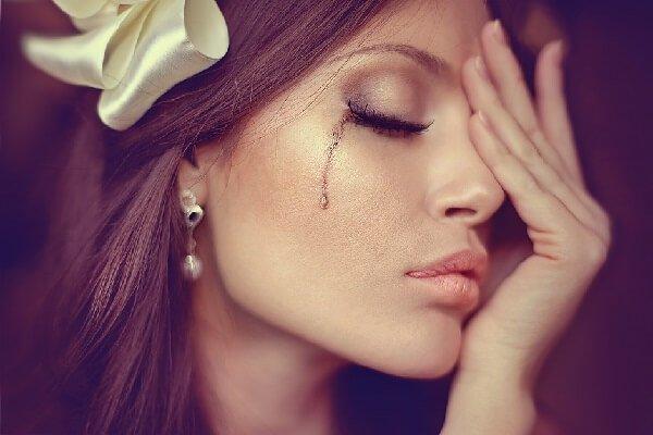 слезы катятся по щекам