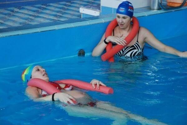 Беременные занимаются аквааэробикой в бассейне