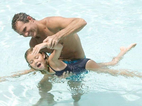Как научить ребенка плавать в открытом водоеме