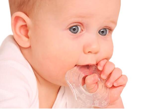 Малыш грызет прорезыватель из силикона