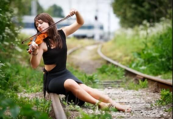 Талантливая девушка скрипачка