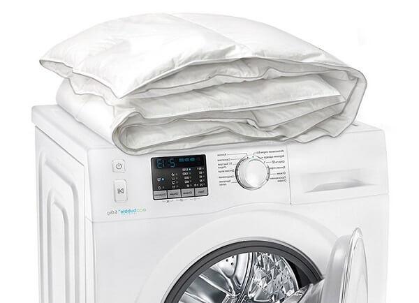 Как стирать одеяло в стиральной машине и вручную