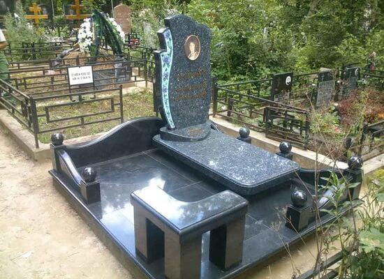 Памятник из мрамора.