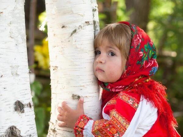 Маленькая красавица обнимает березу.