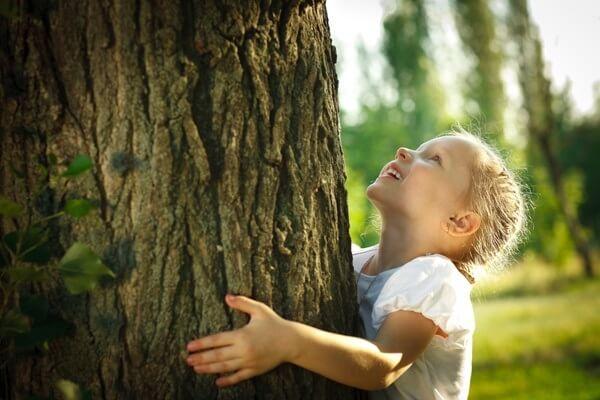 Мальчик обнимает дуб.