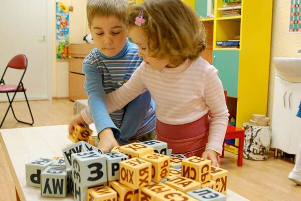 Дети складывают кубики Зайцева.