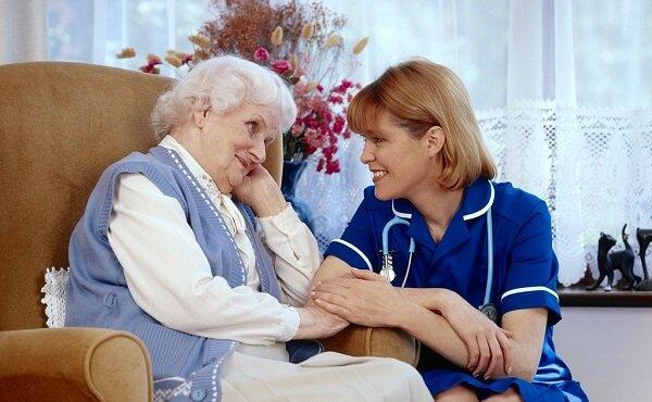 Обязанности сиделки и какая помощь потребуется больному человеку?