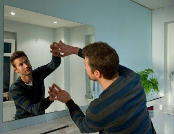 Установка зеркал с помощью двустороннего скотча.