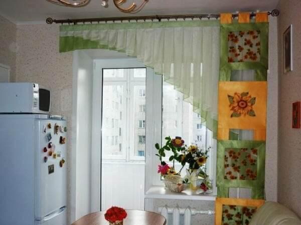 Короткие шторы в кухне.