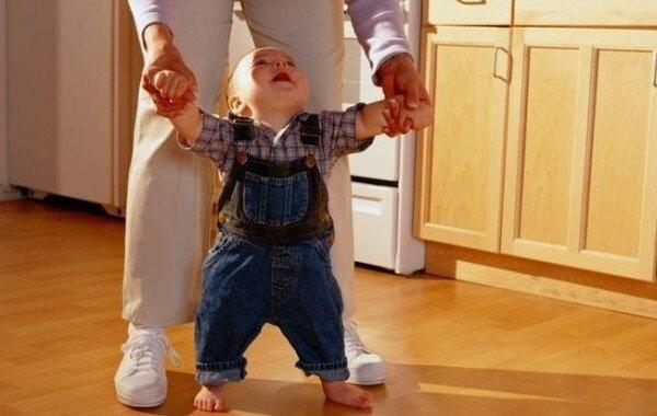 Как научить ребенка ходить без рук?