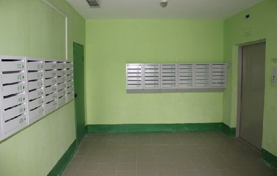 Почтовый ящик в подъезде.