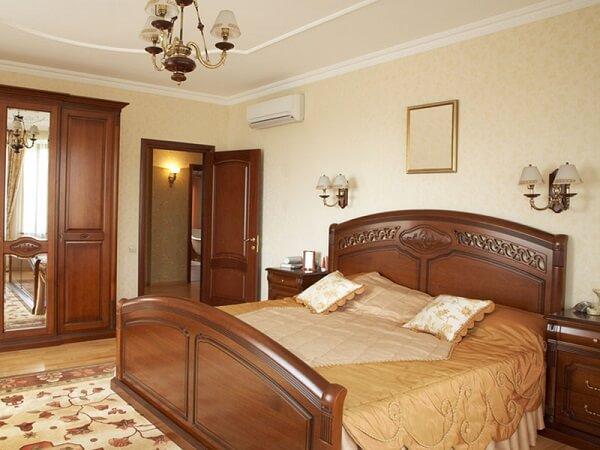 Мебель в спальне из массива дерева.