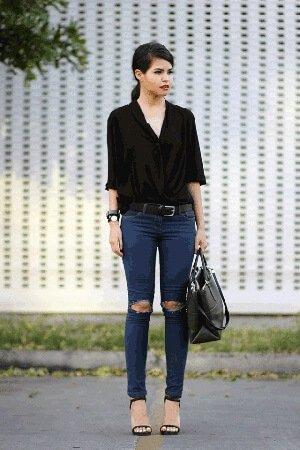 Рваные на коленях джинсы.