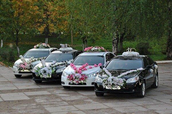 Украшение машины к свадебным торжествам.