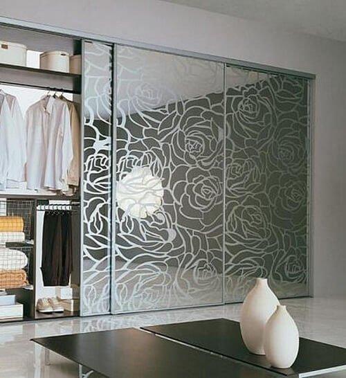 Встроенный шкаф с рисунком.